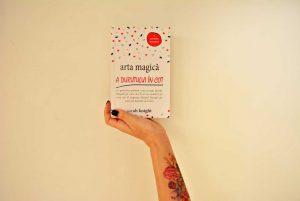 Sarah Knight – Arta magică a durutului în cot, o parodie practică